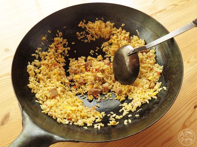 中華鍋に入ったパラパラチャーハン。