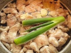 臭み消し用の野菜と酒、水、豚すじを鍋に入れる。