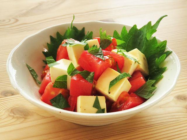 白い器に盛られた、豆腐とトマトのサラダ