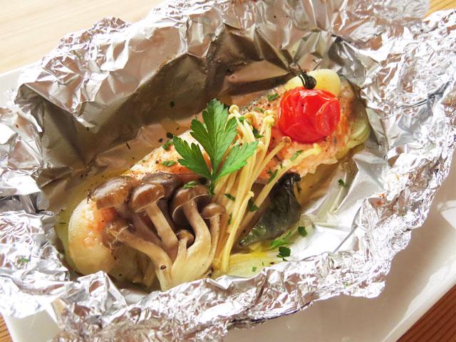 白いお皿にのった鮭のホイル焼き